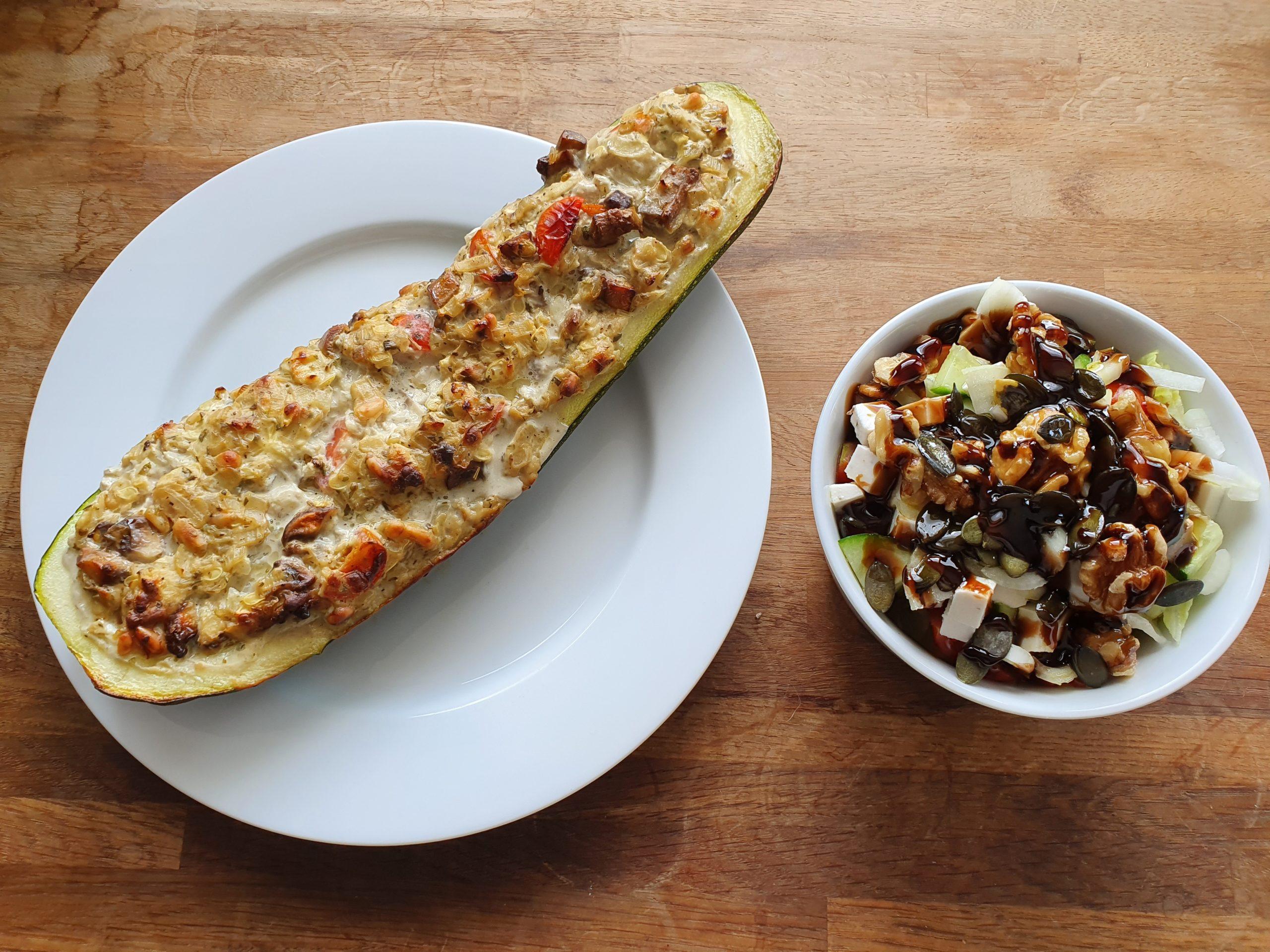 Gefüllte Zucchini Vegan mit frischem Salat