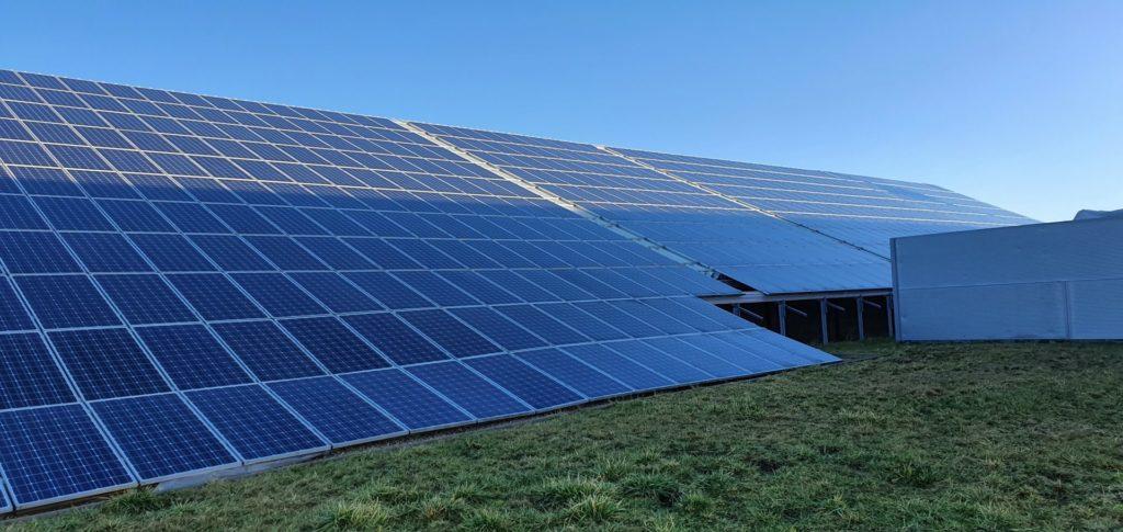 Große Solaranlage Freiland auf Gewerbedach Energiesparen