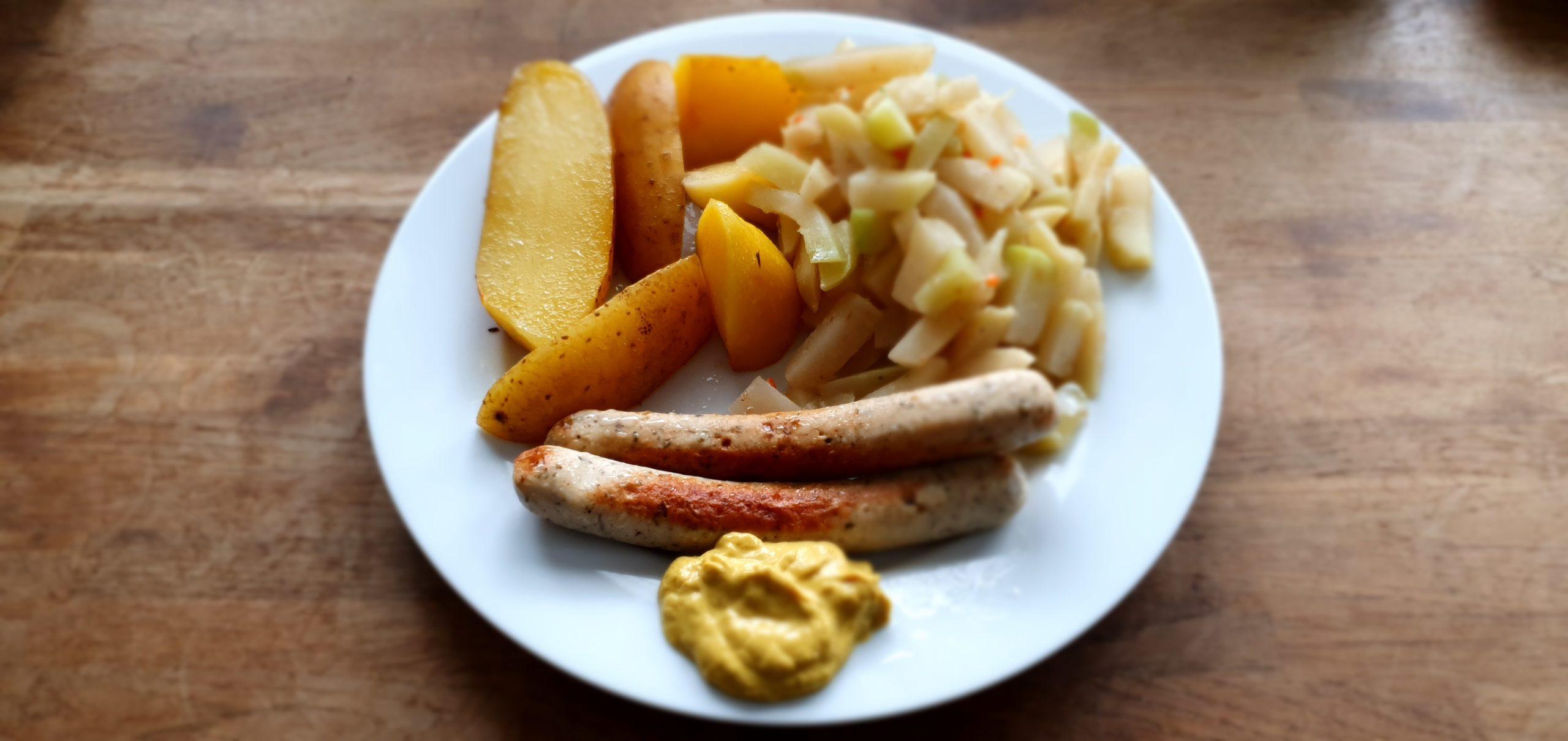 Bio Kohlrabi mit veganer Bratwurst und Pellkartoffel Bio gekocht und angebraten