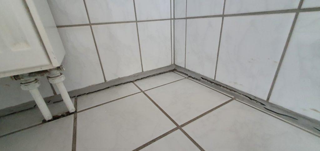 Abgesackte Badezimmer Fliesen Bodenfliesen Baumangel Silikon