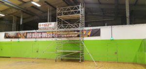 Aufgebautes Layher Uni Breit Fahrgerüst hier in einer Turnhalle für Sanierungsarbeiten