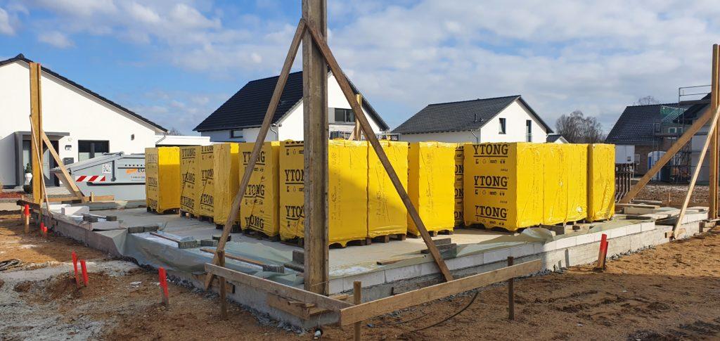 Bodenplatte Ytongsteine und Schnurgeruest Neubau Haus