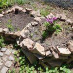 Gartenbeete hier mit Naturstein Fassung
