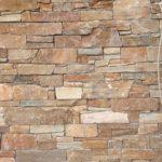 Riemchen aus Naturstein hier verarbeitet im Innenbereich an einer Wohnzimmerwand