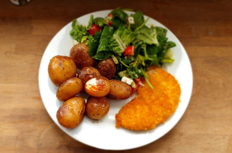 Veganes Schnitzel mit Bio Pellkartoffel und Salat