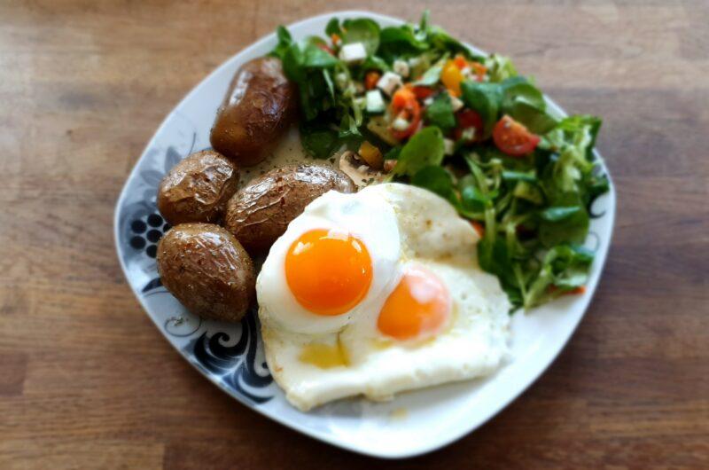 2 Spiegeleier mit Pellkartoffel und frischem Salat