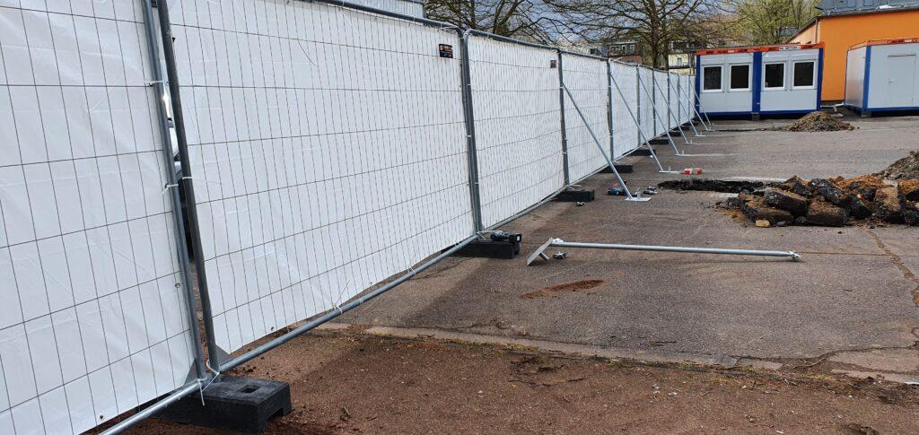 Sicherung der verplanten Bauzaunelemente per Schraegstuetzen
